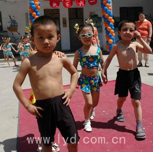 洛阳 幼儿园里上演时装秀高清图片